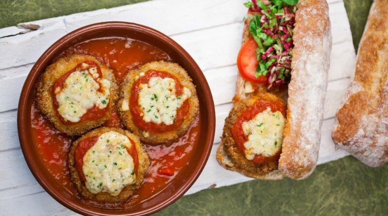 Hambúrguer a parmegiana e batata com queijo - Clube das Comadres