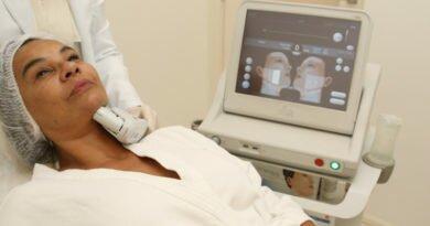 Solange Couto fazendo ultrassom facial
